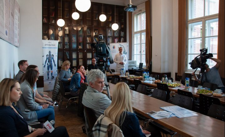 The media on the first shoulder endoprosthesis surgery in Poland
